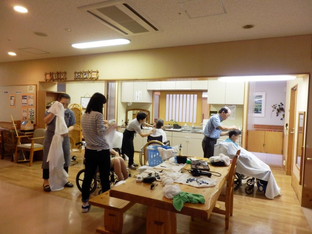 山田支部理容組合の9名の皆様が理容ボランティアとして来てくれました
